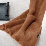 Mohair-Decke-mittelbraun-auf-couch